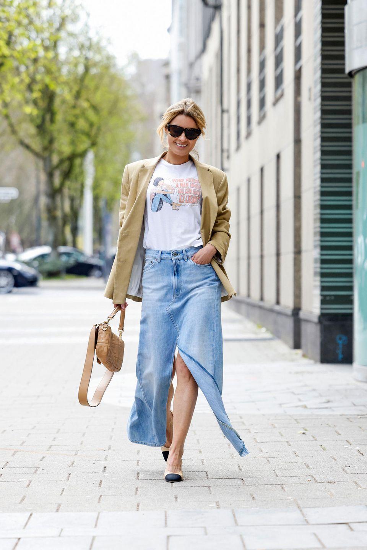 Wer mag trägt Jeansröcke sogar in schwingender Wadenlänge.
