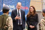 """Prinz William und Herzogin Catherine absolvieren ihren ersten Auftritt seit der Trauerfeier von Prinz Philip (†99). Sie besuchen die """"Air Cadets"""" in London, Kate hatte 2005 die Schirmherrschaft von Prinz Philip übernommen. Sie trägt einen schwarzen Mantel von Dolce&Gabbana mit goldenen Knöpfen."""