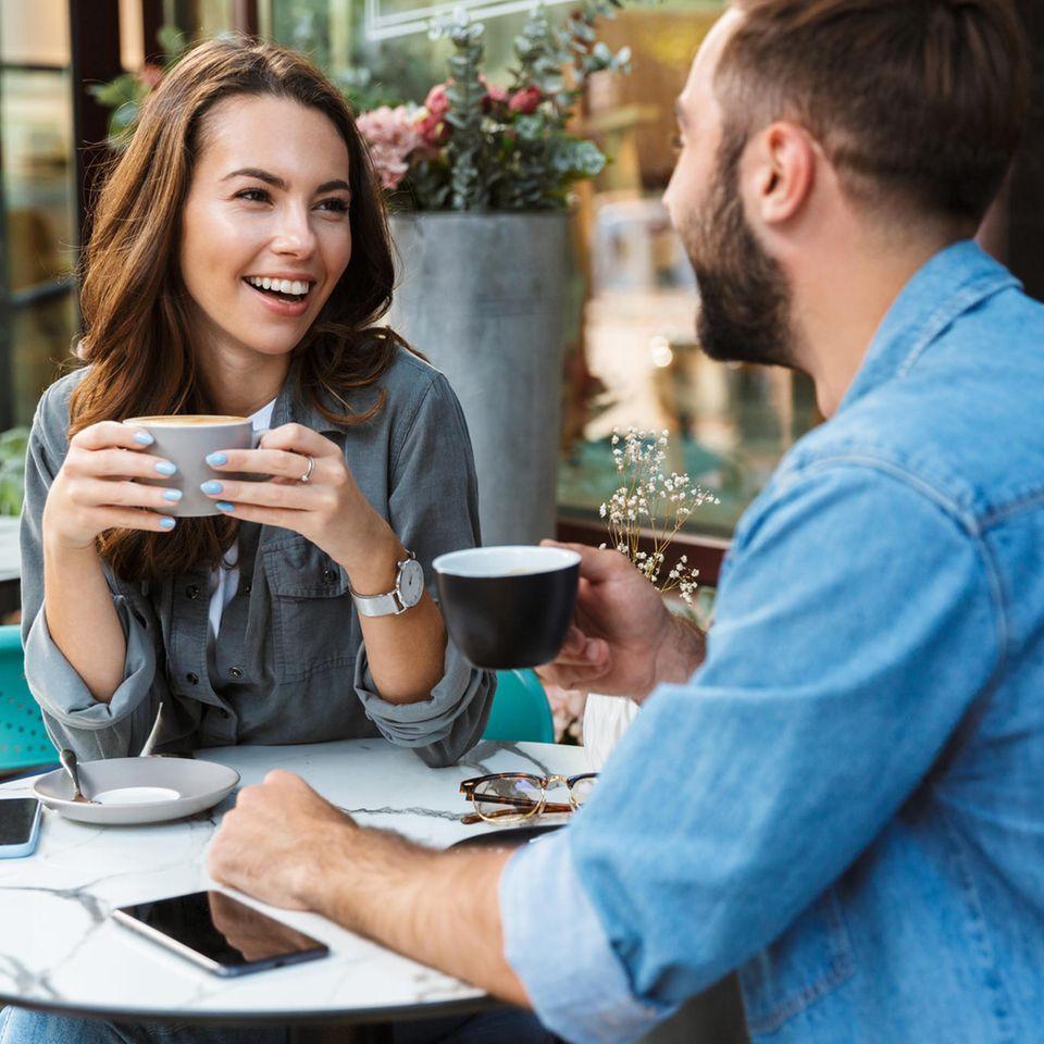 """Honesty bombing"": Paar im Café"