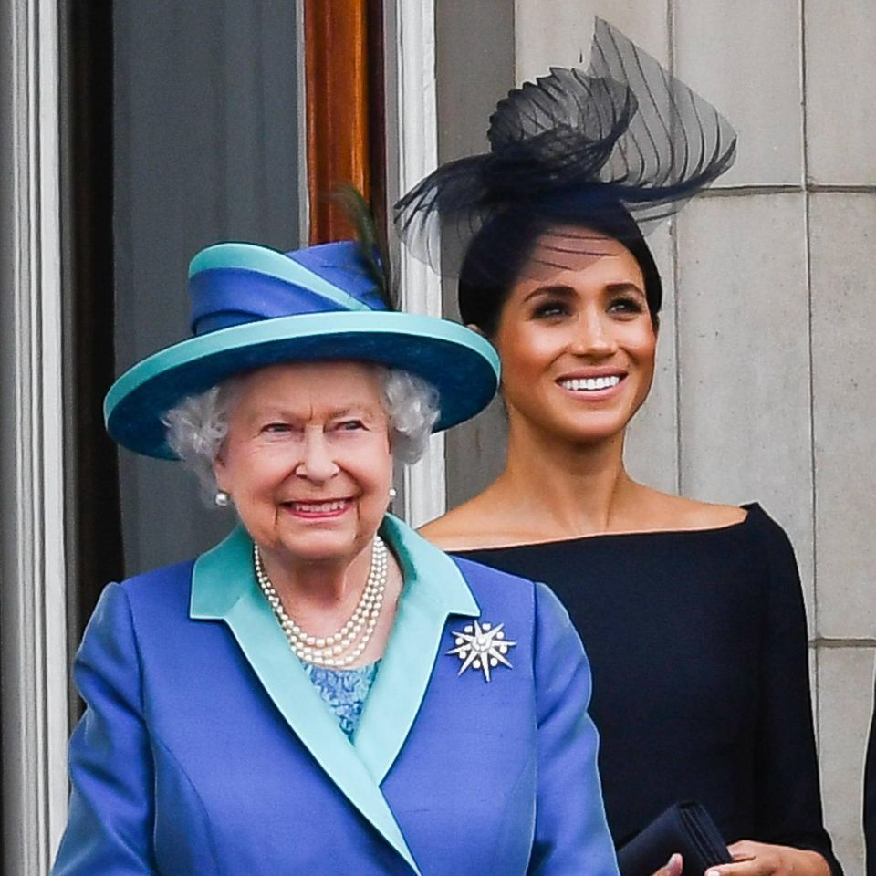 Herzogin Meghan: Sie hat vor Prinz Philips Beisetzung mit der Queen telefoniert: Die Queen und Herzogin Meghan bei Auftritt