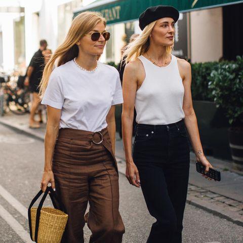 Zwei Fashionistas beim Spaziergang