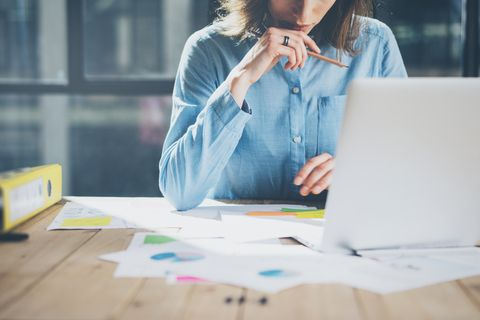 SCAMPER: Frau sitzt am Schreibtisch und arbeitet
