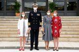 Die königliche Familie hat sich für den Besuch einer Werft mächtig in Schale geworfen. Königin Letizia, die auf ein schlichtesgrauesKleid und Python-Accessoires setzt, sieht toll aus und dennoch stehlen ihr ihre Töchter an diesem Tag die Show.