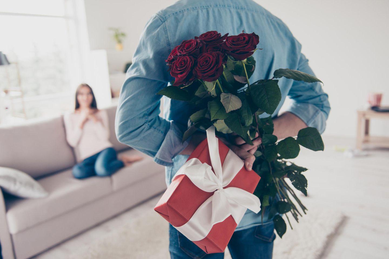 Romantisch oder gruselig: Mann überrascht Frau mit Blumen und Geschenk