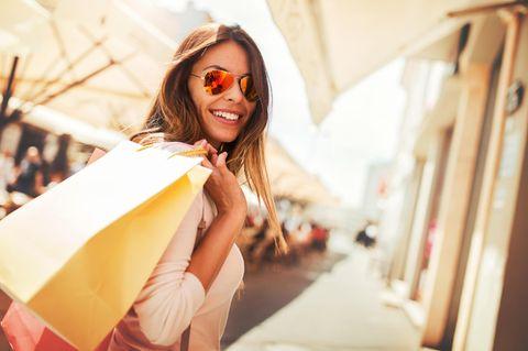 Frau beim Shopping