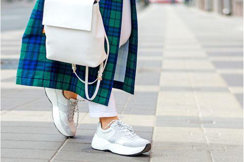 Frau beim Shopping mit Sneakers