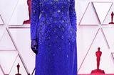 Elegant und dennoch sportlich? Das schafft Glenn Close mit dieser Kombi aus königsblauer Robe und schwarzer Hose – beides von Armani Privé.