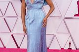 Regina King legt den Fokus auf ihre Schultern in dieser eisblauen Glitzerrobe von Louis Vuitton.
