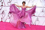 Halle Berry weiß sich in Szene zu setzen! In einer weich fließenden, lilafarbenen Seidenrobe von Dolce & Gabbana und perfekt gestyltemPagenkopf eroberte sie den roten Teppich.