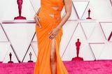 Ariana DeBose entscheidet sich für eine orangefarbene Robe von Atelier Versace, die durch viele kleine Cut-Outs eine sexy Note bekommt.