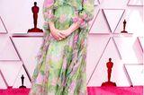 Emerald Fennel erscheint in einem leichten Sommerlook von Gucci bei den Oscars 2021.