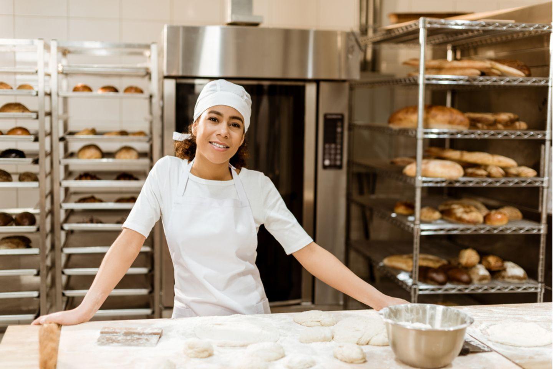Bäcker: Bäckerin bei der Arbeit