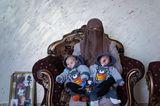 World Press Photo 2021: Frau mit Zwillingen auf dem Schoss