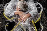 World Press Photo 2021: Mann umarmt Frau in Plastik