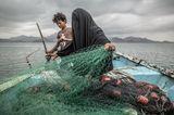 World Press Photo 2021: Frau mit Kind beim fischen