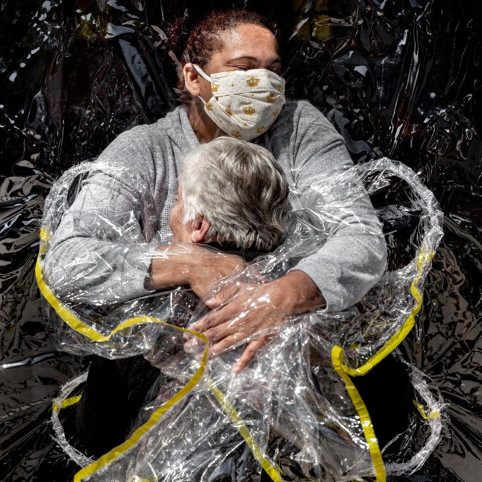 World Press Photo 2021: Frau umarmt Frau in Plastik
