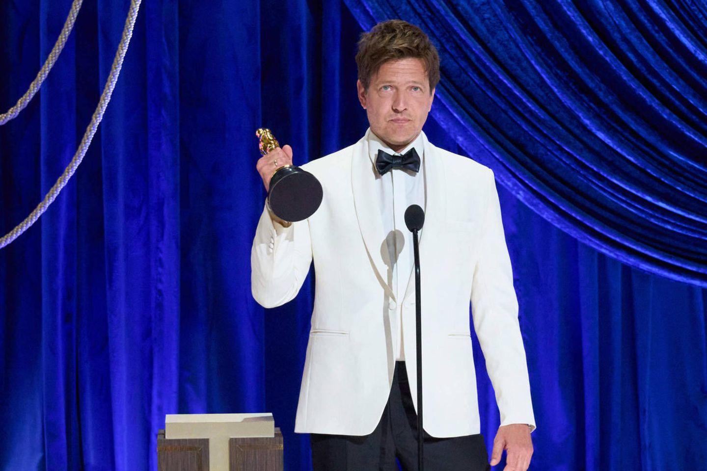 Thomas Vinterberg trauert um seine verstorbene Tochter: Vinterberg hebt seinen Oscar während seiner Rede hoch