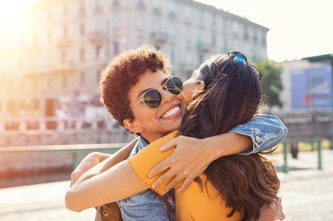 Horoskop: Zwei Fauen umarrmen einander