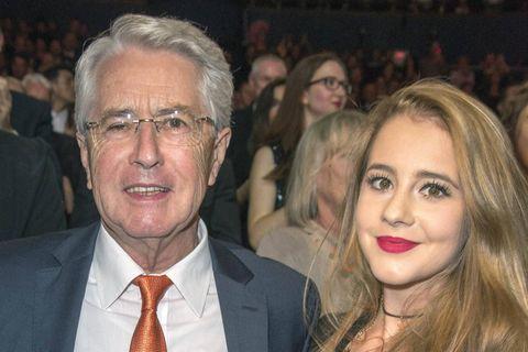 Frank Elstner: Tochter Enya möchte als Sängerin durchstarten: Frank Elstner hält seine Tochter auf einer Premiere im Arm