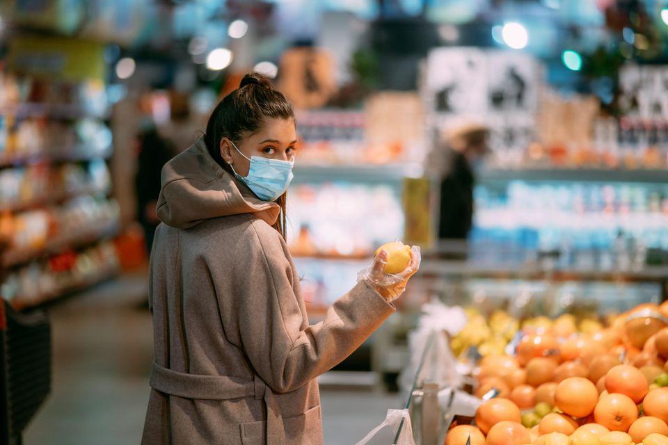 Corona aktuell: Frau mit Maske im Supermarkt