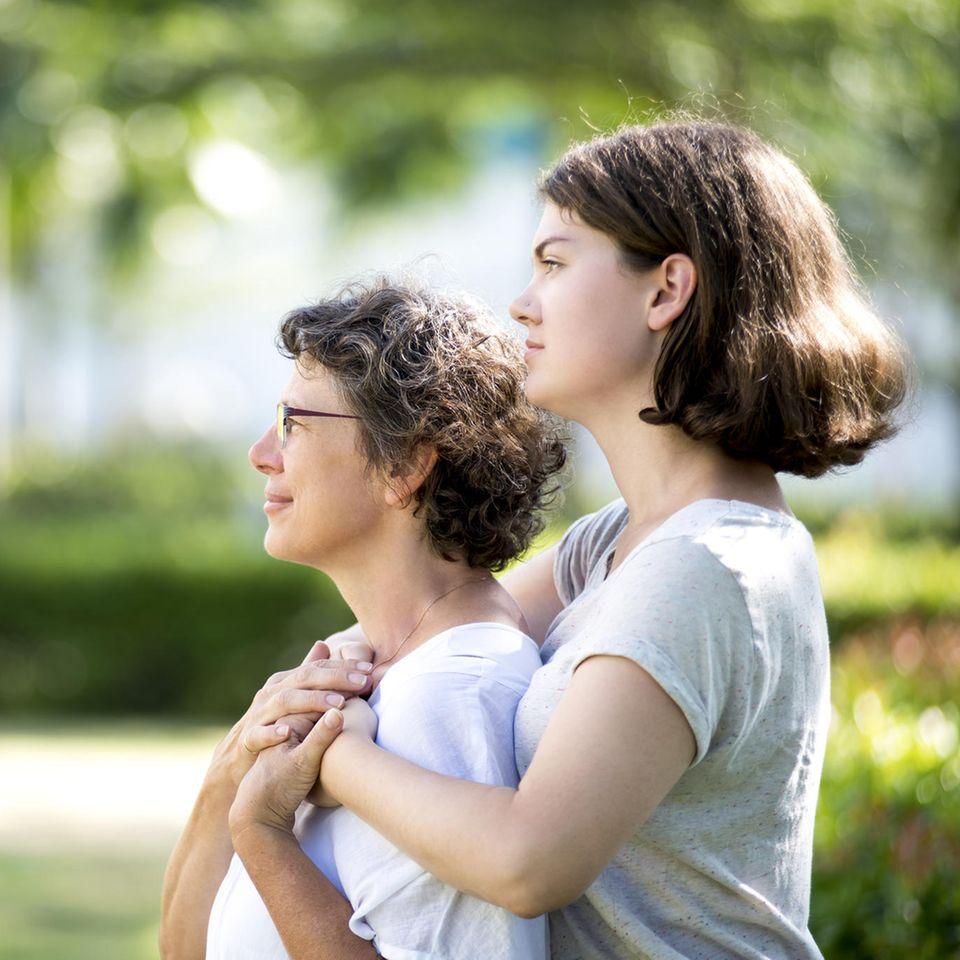 Die Freunde verschwinden, die Eltern werden alt: Ältere Frau mit junger Tochter
