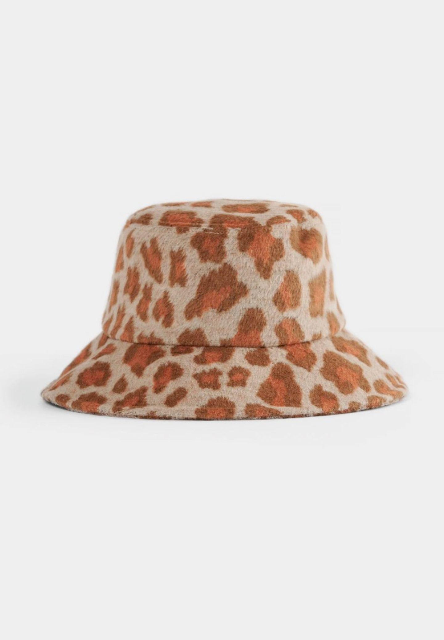 Eine äquivalente Alternative ist dieser Bucket Hut mit Leoparden-Muster. Er verbindet den Bucket-Hut-Trend mit dem Evergreen-Animal-Muster und zieht bei uns in die Kleiderschränke ein. Von Na-kd, kostet ca. 28 Euro.