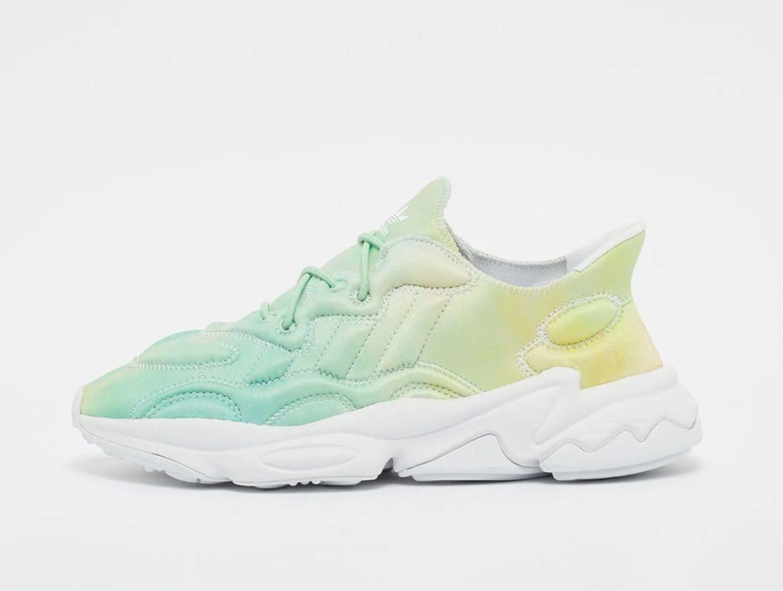 """Zum Glück sind auch andere Labels auf den Fashion-Trendzug mit aufgesprungen und haben Pastell-Farben mit sportlichen Design verknüpft. So auch dieses Exemplar von adidas, welches mit seiner chunky Sohle und dem 90er Jahre Flair eine Besonderheit in jedem Schuhschrank ist. """"Ozweego Tech Sneaker"""" von adidas originals, kostet ca. 90 Euro."""