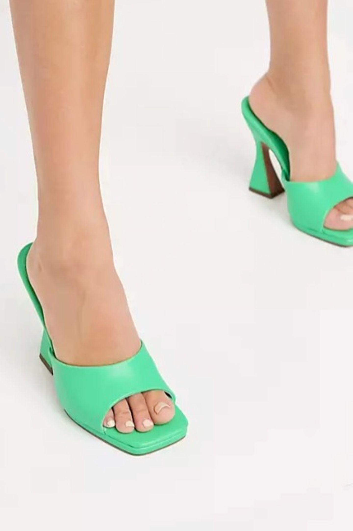 """Für all diejenigen, die erst einmal ausprobieren möchten, wie ihnen der Schuh-Trend 2021 steht, den empfehlen wir die günstigere Variante. Ebenfalls kantig vorne geschnitten und in einem knalligen Grün-Ton kommt er dem Original sehr nahe. """"Noland platform heeled mules in green"""" von Asos Design, kostet ca. 50 Euro."""