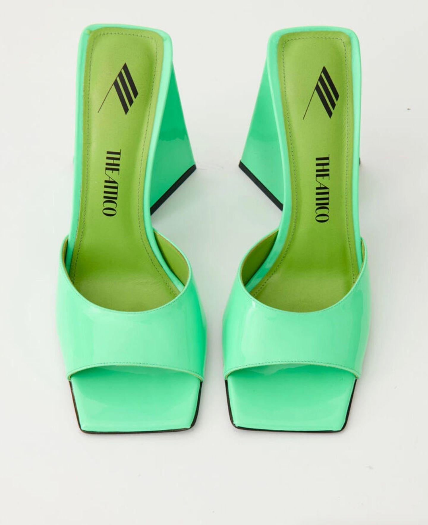 """Zugegeben: Ein wenig Mut erfordert es schon, diese Mules in Neongrün auszuführen. Doch wer sich erst einmal an die Farbe gewöhnt hat, der merkt schnell, dass sie doch einfacher zu kombinieren ist, als es auf den ersten Blick scheint. Denn sowohl mit gedeckten Tönen, als auch mit anderen Knallfarben, wie beispielsweise Neonpink, funktionieren diese Schuhe ausgesprochen gut. """"Devon Mules"""" von The Attico, kosten ca. 590 Euro."""