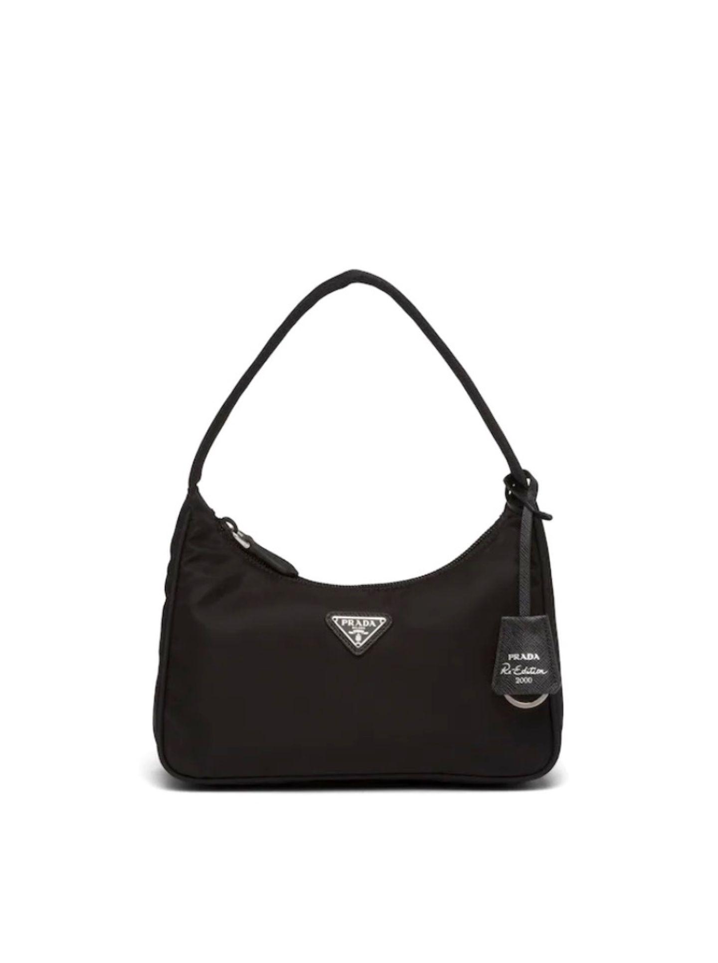 """Ein Tasche, die bereits zum zweiten Mal zum Trend-Piece avanciert ist die Nylon Bag von Prada. Bereits 2005 trugen Fashionistas dieses Exemplar hoch und runter, und nun sehen wir sie erneut am Modehimmel aufsteigen. """"Re-edition 2005 Nylon Bag"""" von Prada, kostet ca. 590 Euro."""