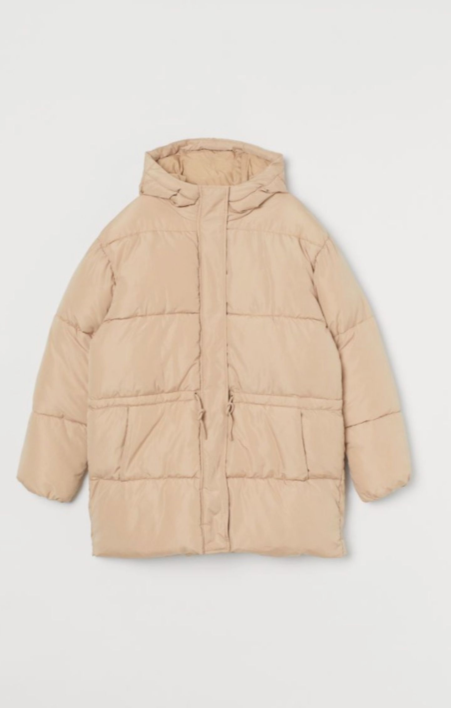 Natürlich gibt es die Puffer-Jacket auch in der günstigeren Variante.Einzig und allein auf das Gucci-Monogramm müssen wir bei diesem Exemplar verzichten. Von H&M, kostet ca. 40 Euro.