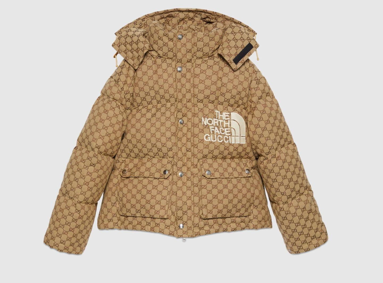 Was herauskommt, wenn sich Gucci und The North Face zusammentun? Eine perfekte Kombination aus Sportlichkeit und Design. Diese Puffer-Jacket mit Gucci-Monogramm zählt nicht umsonst zu den Trend-Pieces 2021.Bomberjacke aus GG Canvas, von The North Face x Gucci, kostet ca. 2.200 Euro.