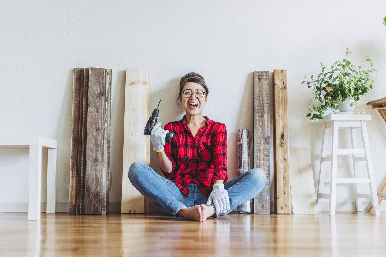 Gartenmöbel selber bauen: Frau mit Werkzeug