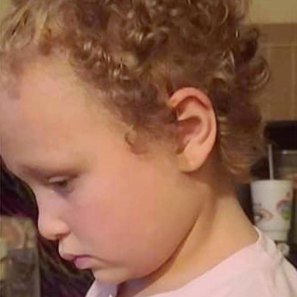 Lehrerin schneidet Schülerin die Haare