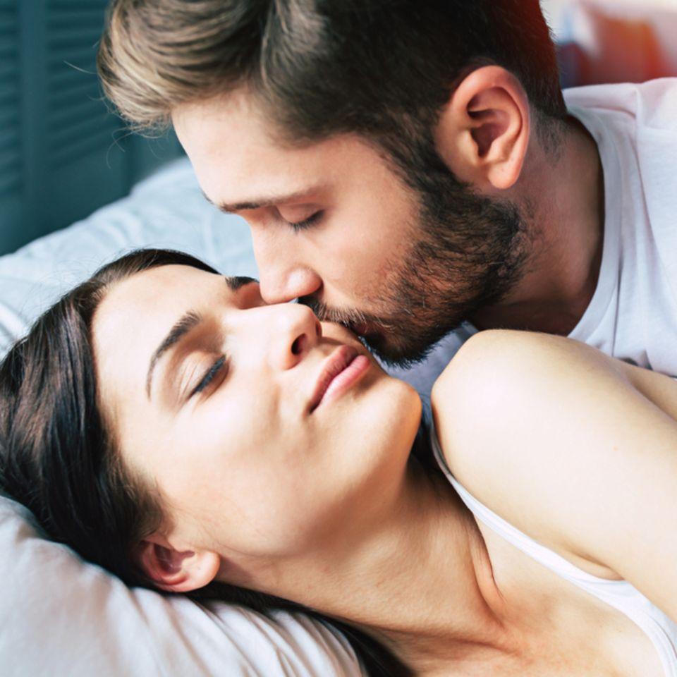 Zauberberg-Stellung: Junger Mann küsst seine Freundin
