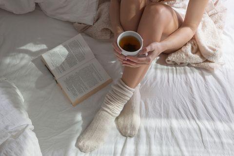 Stressbewältigung: Frau entspannt mit einem Tee