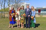 """In den Niederlanden wird am 27. April der sogenannte """"Königstag"""" gefeiert.Zum festlichen Anlass präsentiertMáxima einen besonderenLook. Sie hat für den Geburtstag ihres Ehemannes einen goldgelb-petrolfarbenen Rock und ein darauf abgestimmtes langärmliges Oberteil gewählt. Dazu kombiniertsie gelbe Wildleder-Pumps und einen passenden Hut. AuchPrinzessin Amaliahat sich für einen farbenfrohen Frühlingslook entschieden. Sie trägt eine grüne Hose und ein hellblaues Oberteil.Prinzessin Alexiadagegen setzt auf einen schicken monochromen Look, bestehend aus einem beigen, kurzen Kleid und einer passenden Strickjacke, währendPrinzessin Arianeein blaues Midikleid für den Auftritt wählt"""