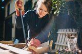 Frau am Handwerkern