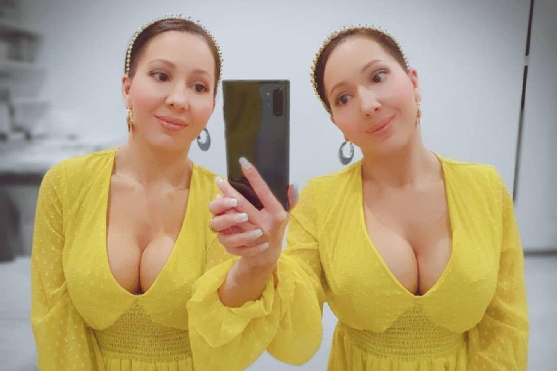 Diese Zwillingsschwestern teilen sich einen Freund: Anna und Lucy Decinque auf einenm Spiegelselfie