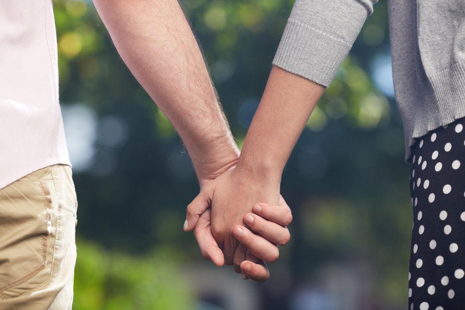 Polizei ermittelt wegen Betrugt: Paar hält Händchen