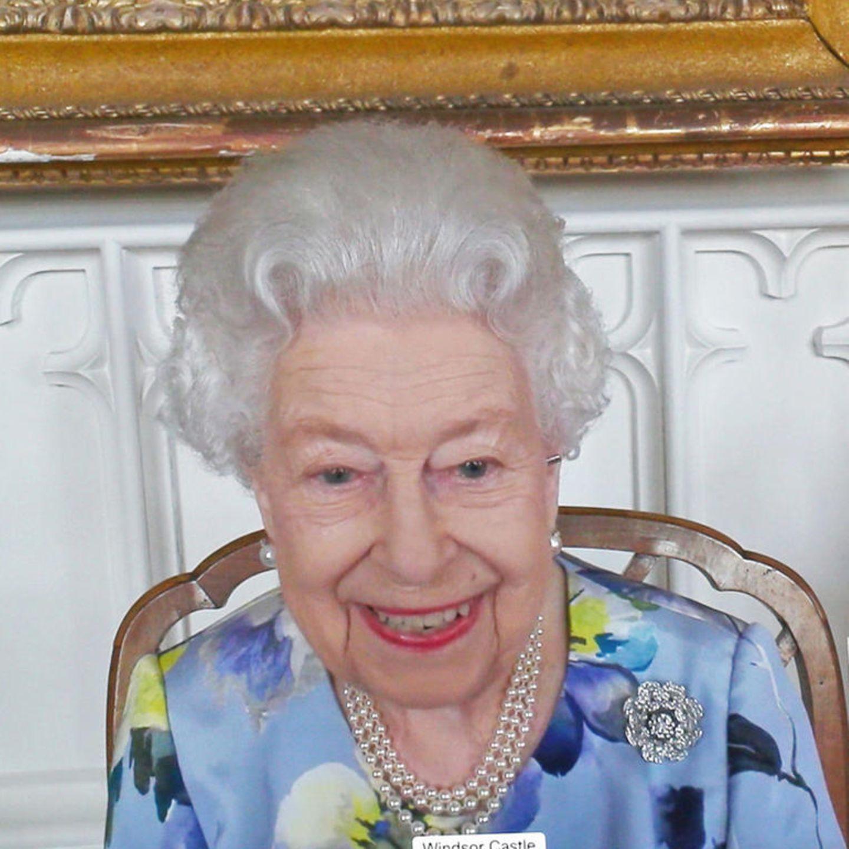 """Queen Elizabeth hat die Arbeit wieder aufgenommen. Beim ersten Termin nach der Trauerfeier von Prinz Philip gibt ihr besonders ein Schmuckstück jetzt Kraft. Mit ihrer """"Nizam of Hyderabad""""-Rosenbrosche verbindet die Queen nur gute Erinnerungen, denn sie war ein Geschenk zu ihrer Hochzeit mit Prinz Philip."""