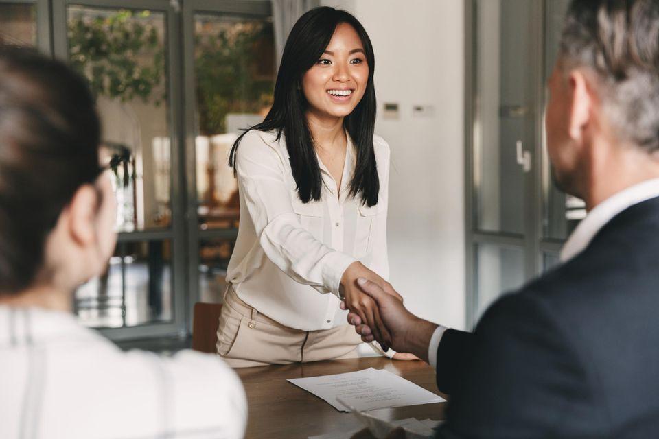 Selbstbewusst ins Vorstellungsgespräch: Frau schüttelt begrüßt Vorgesetzten