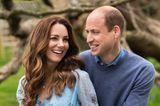 Vor 10 Jahren gaben sich Herzogin Catherine und Prinz William das Jawort! Auf neuen Porträts zum Hochzeitstag lächelt der Thronfolger seine Frau verliebt an – kein Wunder, Kate strahlt immer noch mindestens genau so schön! Die Dreifach-Mama trägt ein blaues Wickelkleid mit Blumenprint.