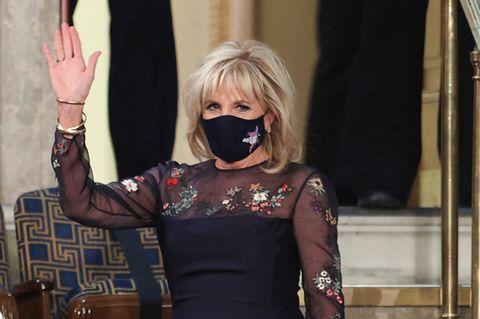 Dr. Jill Biden beeindruckt mit ihrer Outfitwahl: Die First Lady beweist bei dem Besuch einer Kongresssitzung im Kapitol in Washington ihr Gespür für Trends.Der Hingucker ihres blauschwarzen Kleides von Gabriela Hearstsind die transparenten Elemente und floralen Applikationen an Ärmeln und Dekolleté. Gekonnt kombiniert sie dazu ihre Gesichtsmaske in demselben Farbton. Dazu trägt sie einigeschlichte Armreifen, die dem Kleid aber nicht die Show stehlen. Schon am Abend des Einzugs ins Weiße Haus entschied sich die First Ladyund Lehrerin für ein Kleid der Designerin mit Transparenz und floralem Design, dieses allerdings in Weiß.