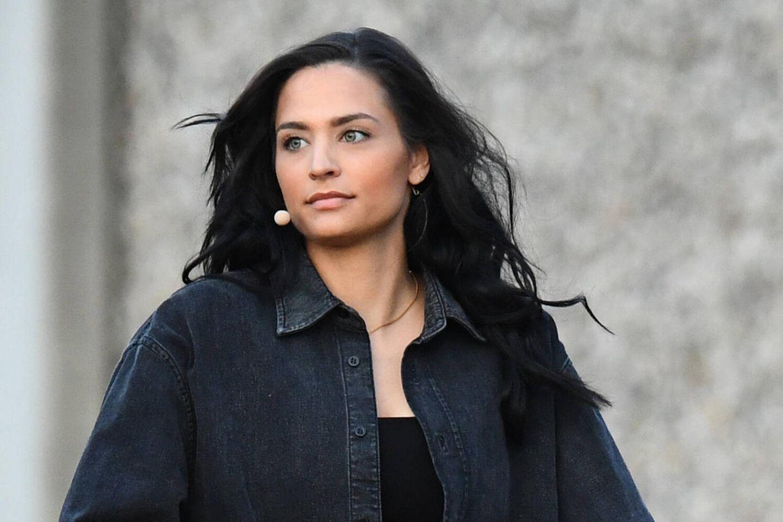 Amira Pocher: In ihren früheren Beziehungen musste sie einiges durchmachen: Amira Pocher vor einem Live-Auftritt auf dem Roller
