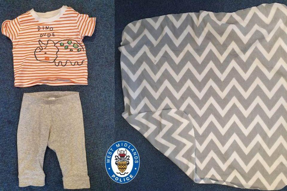 Husky-Hündin Hel findet ein Neugeborenes im Park: Kleidung des Babys