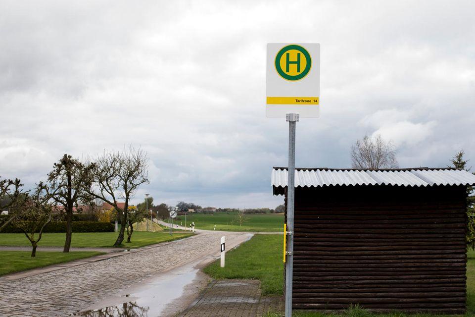 Naturliebe: Bushaltestelle auf dem Land