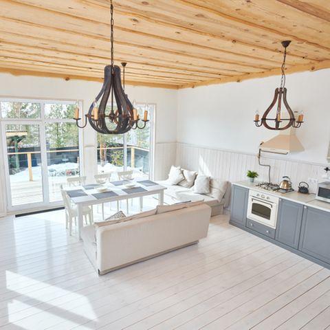 Deckengestaltung: Helle Küche mit Holzdecke