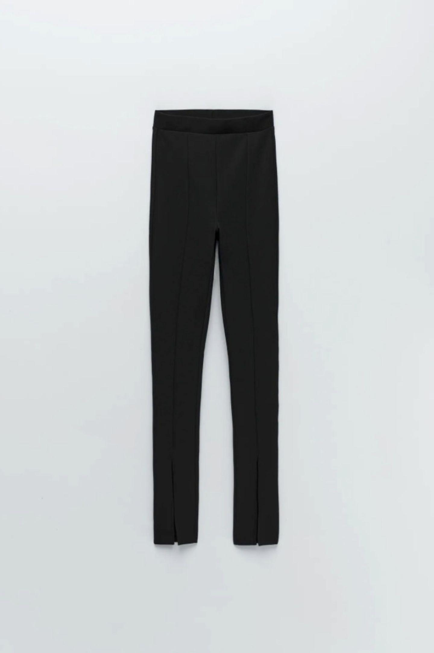 Leggings sind absolute Verwandlungskünstler: Ob mit einem XXL-Blazer oder einem Kleid, sie lassen sich vielfältig kombinieren. Bei mir ist jetzt ein Exemplar mit einem besonderen Twist eingezogen: Der kleine Schlitz vorne am Schienbein sorgt für einen geraden Schnitt, der das Bein optisch streckt und den Schuh in den Fokus setzt. Von Zara, kostet ca. 17 Euro.