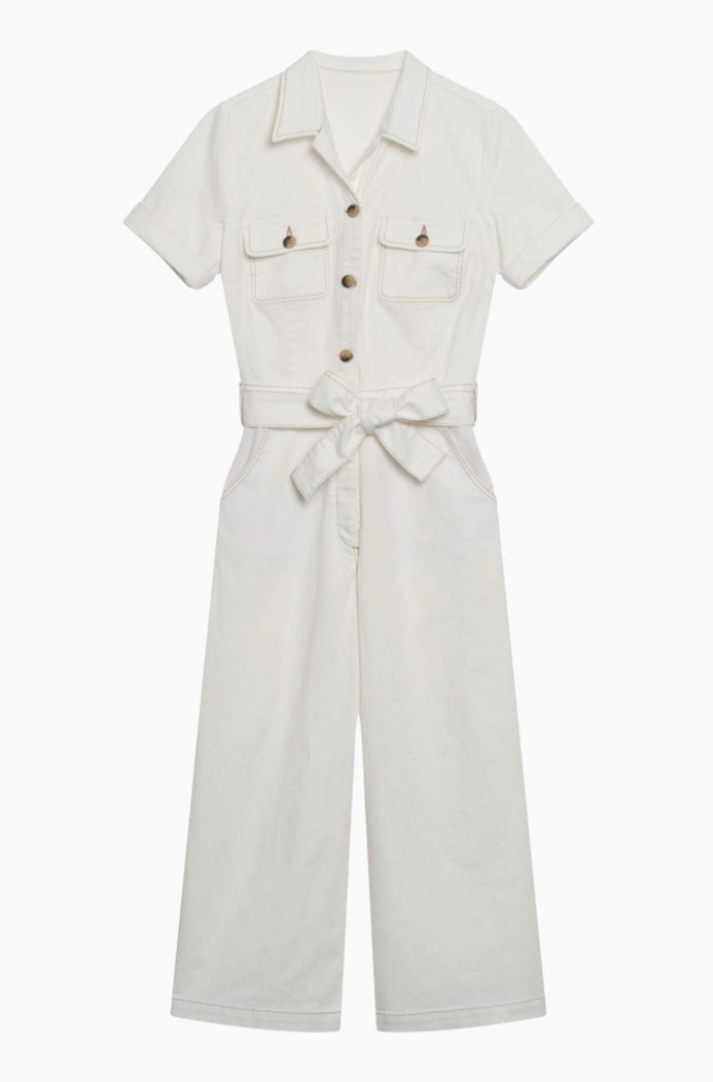 Ach ja, wenn es mal schnell gehen muss, greife ich ab sofort zu diesem Jeans-Jumpsuit in Weiß. Die Taschen auf der Brust und die auffälligen Knöpfe geben dem It-Piece einen tollen Twist, der Gürtel zaubert eine vorteilhafte Silhouette. Von Orsay, kostet ca. 50 Euro.